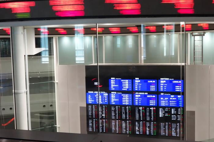 ニュースでもおなじみのガラス張りのマーケットセンター。ガラスの中では東証の社員さんたちがマーケット監理業務を行っています。株の知識がなくても、圧倒されてしまう光景ですね。