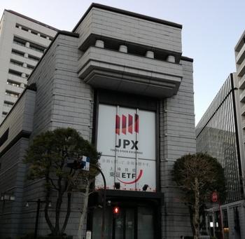 日本経済の中心ともいえる東京証券取引所。実は無料で見学することができるのをご存知ですか?株取引の体験などは海外からのお客様や学生にも人気のコーナーになっています。