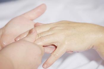 マッサージオイルを手のひらで温めて、優しくマッサージしてください。その都度ブレンドすれば、オイルが酸化するのを防ぐことができますよね。