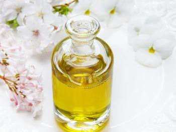 キャリアオイルに精油を混ぜて、マッサージオイルを作ってみませんか。  例:全身マッサージ1回分…キャリアオイル約10ml・精油2滴ほど使用  使用するキャリアオイルは、ホホバ、グレープシード、オリーブなどお好みのものをお選びください。また、ラベンダーやベルガモット、レモンバームなど他の精油とブレンドしてみてもgood!