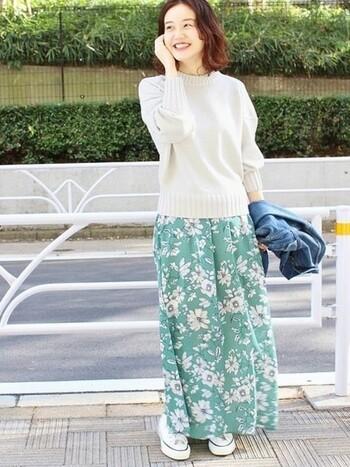 春夏っぽい印象を与えやすい爽やかカラーのスカートは、首元の詰まった白ニットでその悩みも解決!デニムジャケットで可愛くなりすぎを防止。