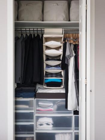 なにをどれくらい持っているのか、きちんと把握できるように、クローゼットは余白を感じられる程度の収納を心がけるのが大切です。  この記事では、すっきりと秋冬を迎えるための「手持ちの洋服の見直し」と「収納のコツ」についてご紹介していきます。