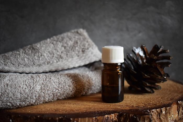 ハンカチやコットンに精油を数滴垂らしておくと外出先でも香りを楽しめますね。また、タオルに数滴染み込ませれば、湯上がりもよい香りに包まれます。