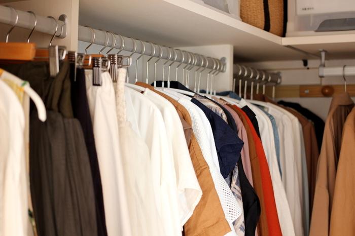 収納したい服が決まったら、並べ方としまい方を工夫してみましょう。一度、やってみて、使いづらいなと思ったら別の並べ方にトライしてみるといいですね。ハンガーにかけるものは、ショップのように色別に並べると綺麗に見え、選びやすくなります。アイテム別に並べたり、セットで着ることが多いもので並べたりと、並べ方だけでもいろいろあります。自分にあった並べ方を探してみましょう。