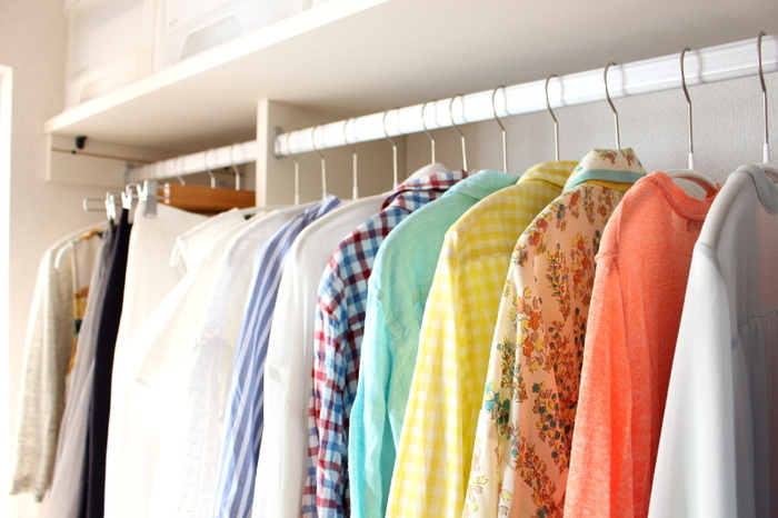 また、薄型のハンガーで揃えると、洋服の出し入れがしやすくなるだけではなく、クローゼットの見栄えがぐっと良くなります。全体の印象がすっきりして、美しく見えます。