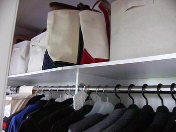 クローゼット上部には取っ手つきのボックスなどを入れると取り出しやすくなります。あまり使わないものを入れることが多いので、蓋付きのものを選ぶと安心です。蓋のないボックスには、風呂敷などの布ものを一枚かけて、埃よけにしておくといいですね。