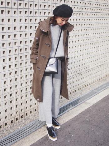 グレーのセットアップは、黒の小物使いでクールなメリハリを加えて。さらにブラウンのコートを羽織って、柔らかなニュアンスを演出しています。