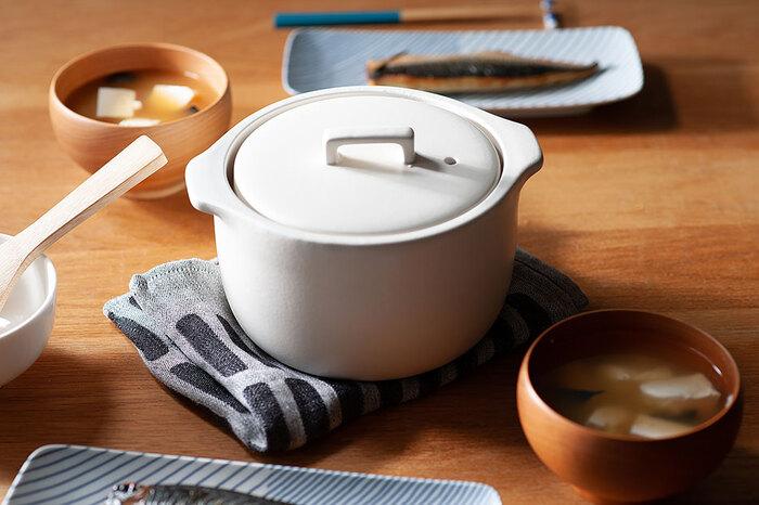 美しく洗練された佇まいのカコミの炊飯土鍋なら、こんなふうにご飯を炊いてそのままテーブルに出してもおしゃれです。白いご飯はもちろんのこと、炊き込みご飯やパエリアなどおもてなし料理にもぴったり。おしゃれなデザインと機能性を兼ね備えた素敵な土鍋があれば、毎日の食事の時間がさらに楽しくなりそうです♪