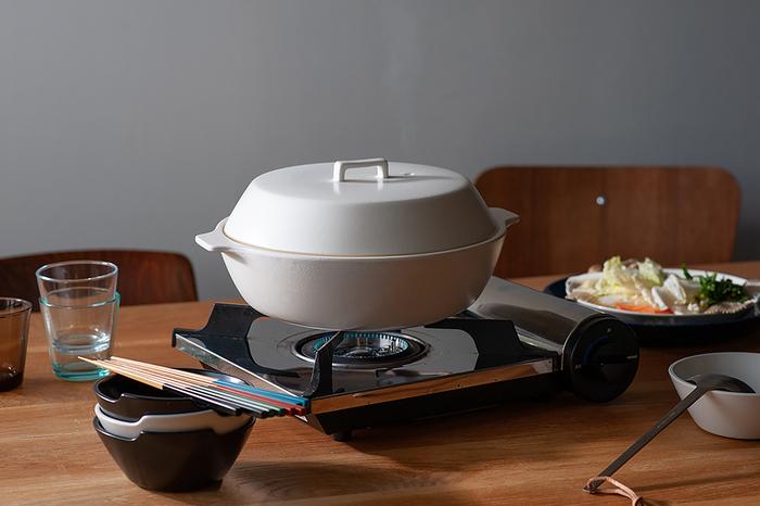 こちらはIH調理器をはじめ、直火・ハロゲンヒーター・オーブンなど、様々な熱源に対応したおしゃれで便利なIH土鍋です。こちらも同じKINTOのカコミ(KAKOMI)シリーズなので、先ほどご紹介した炊飯土鍋とのコーディネートも楽しめますよ。