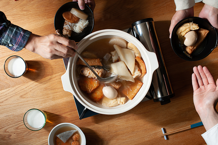 直火でも使用できるIH土鍋は、おでんやすき焼きなど鍋料理が美味しいこれからの季節にぜひおすすめです。煮る・炊くはもちろんのこと、付属のすのこをセットすれば蒸し料理にも使用できますよ。炊飯土鍋と同じく匂い移りしにくい素材でできているので、カレーやシチューなどの煮込み料理にも◎。どんな料理も気兼ねなく楽しめるIH土鍋は、季節を問わずオールシーズン活躍してくれます。