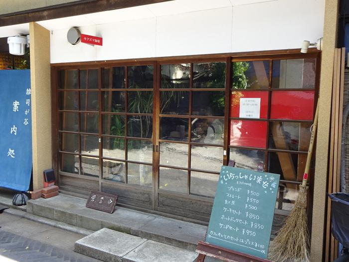 東京メトロ副都心線雑司が谷駅から徒歩2分と、アクセスの良い場所にある「キアズマ珈琲」。ドラマで使われたこともあるんですよ。散歩の途中にふらっと立ち寄りたくなるようなカフェです。