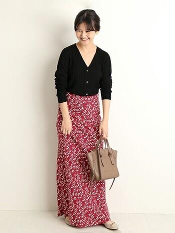 子どもっぽく見えるのでは?と思われがちな赤の花柄スカートは、ちょっとタイトでレディな黒のVネックカーデを合わせれば問題なし!仕上げにベージュの小物を合わせれば素敵な秋コーデの完成♪