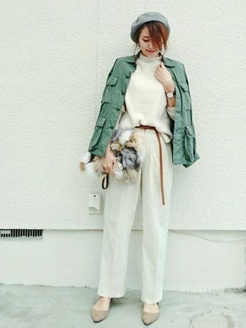 上下ホワイトでまとめたシンプルコーデにミリタリージャケットを羽織って。首元から覗くハイネックが優しい印象です。ベレー帽やファーバッグで季節感をプラスして。