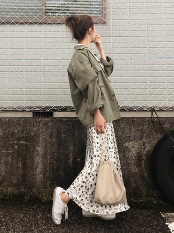 花柄特有の可愛くなりすぎを回避するには、オーバーサイズのミリタリージャケットがお役立ち。足元を白のスニーカーでスカートのカラーと繋げばより軽やかです。
