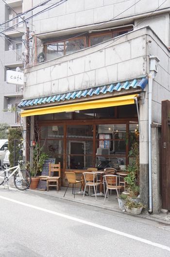 東京メトロ日比谷線入谷駅からすぐの「イリヤプラスカフェ」。青い屋根と黄色のひさしが可愛いお店です。路地にひょっこり現れるカフェは、つい立ち寄りたくなっちゃいます。
