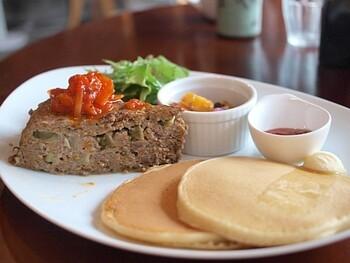 多くのお客さんが注文するメニューがパンケーキ。食事系もスイーツ系もありますよ。写真は平日限定の「ミートローフのランチセット」。パンケーキは甘さ控えめで優しい味わい。野菜たっぷりのミートローフはボリューム満点です。