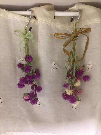 ドライフラワーの魅力の一つは、お家で簡単に作れることです。作り方はシンプルで、基本的にはお花や葉っぱをさかさまに吊るすだけでOK。