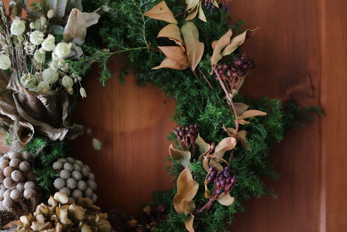 クリスマスリースを始め、例えばハロウィンなど季節のイベントをイメージしたリースは、初心者の方でも簡単に出来るのでおすすめ。ベースはフレッシュな素材でもOKですし、ワイヤーなどで雰囲気を変えるのも楽しそうですね。