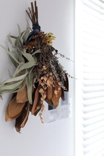 一年を通じてインテリアに馴染んでくれるスワッグ。枝ものを生かして、長さを生かしたアレンジを楽しんでみましょう。スワッグは、生の状態の時に成型して、ドライになる過程も楽しめるアイテムです。