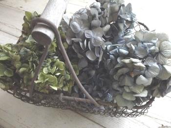 玄関はもちろんカウンターなどに飾る時には、バスケットに盛りつける様に飾るのがおすすめ。アジサイなどボリュームがあるお花はもちろん、千日紅などはお花の部分だけをカットして入れるのもいいですね。お気に入りのオイルを少したらして、ルームフラグランスとして香りも一緒に楽しむのも◎です。