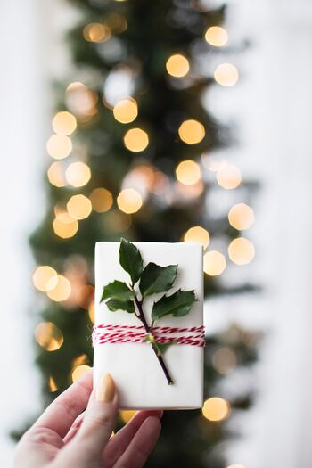クリスマスの時期には、ヒイラギなどクリスマスらしいアイテムで♪赤×白やゴールドなど、クリスマスらしいカラーはちょっと控え目に楽しむくらいがおすすめです。