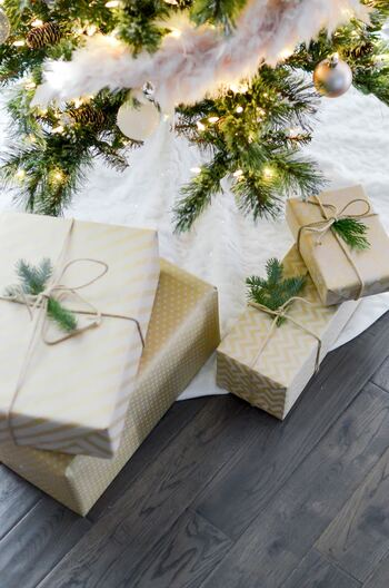 ついついカラフルなラッピングペーパーで明るくしたくなるクリスマスプレゼントですが、こんな風にすると一気に大人の雰囲気に。お子様がいらっしゃらないお家でも、こんな風に大人のクリスマスを楽しめたら素敵ですね。