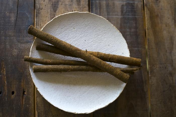食物繊維をとても多く含んでいるごぼう。腸の働きを促してくれるので善玉菌が増え、肌荒れや便秘に効果があるといわれています。皮に栄養分が含まれているので、剥かずにたわしなどでこする方がおすすめ。