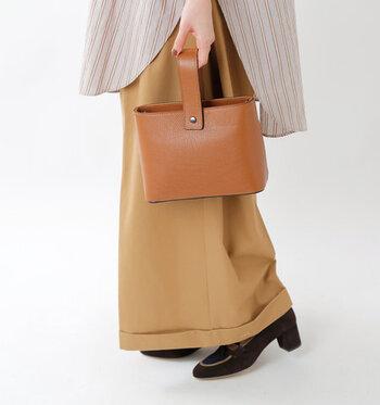 ワンハンドルのデザインが、トレンド感たっぷりなスクエア型のハンドバッグです。キャメル・レッド・グリーン・ブラック・ダークブラウンの5色展開。