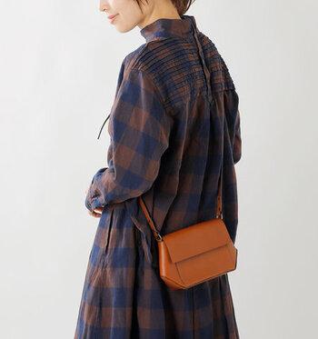 控えめなミニサイズで、大人キュートな印象を与えるミニショルダーバッグ。小ぶりながらもマチがたっぷりあるので、しっかりと荷物を収納できます。ストラップを外せば、クラッチバッグとして活用することも可能です。
