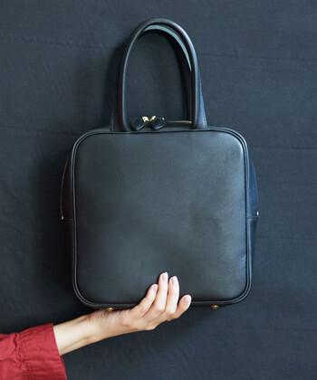 かっちりとした印象のスクエア型ハンドバッグは、一つずつ職人の手によって作られたもの。ちょっぴりレトロな雰囲気を持ちながら、トレンド感もアピールできる大人女子にぴったりなアイテムです。