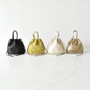 イタリアンレザー素材を使用した、巾着型のショルダーバッグです。小ぶりなサイズ感で、ちょっとしたお出かけにもぴったり。黒や白のベーシックカラーに加えて、イエローゴールドとゴールドのメタリックカラーも展開しています。シンプルコーデのアクセントに、ぜひ活用したいアイテムですね♪