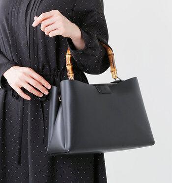 大ぶりなバンブーハンドルが、黒のレザーに映えるデザイン。フォーマルなシーンでも使えるシンプルなこちらのバッグは、収納力も抜群です。