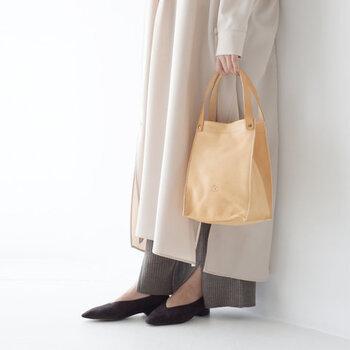 レザー素材のスクエア型ハンドバッグは、程よいサイズ感でデイリー使いにもぴったりなアイテム。フェミニンやナチュラルにはもちろん、カジュアルコーデに合わせてもサマになります。