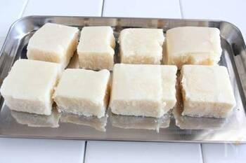 豆腐を冷凍すると、高野豆腐のようなスポンジ食感になります。普通の水切り方法としては使えませんが、ヘルシーなお肉の代用品「トーフミート」として活用することができますよ。