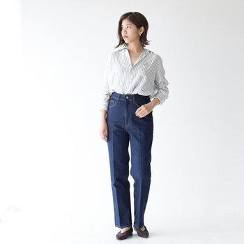 デニムのセンタープレスパンツに、ストライプ柄のシャツをタックイン。ベーシックな着こなしだからこそ、センタープレスできちんと感をアップしているのがポイントです。上からニットやカーディガンをレイヤードしても◎