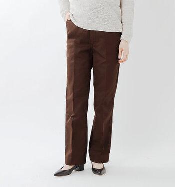 センタープレスパンツは、オンだけでなくオフコーデにも着まわしできる優秀アイテムです。ぜひ様々なトップスとの組み合わせで、新しい着こなしを探してみてくださいね♪