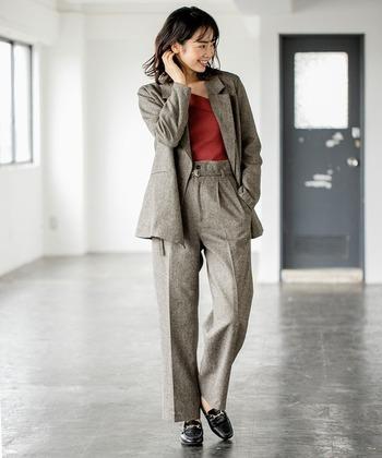 秋冬にぴったりな、ツイード素材を採用したグレーのセンタープレスパンツ。同素材のジャケットとセットアップ風で着こなせば、かっちり感とトレンドをあわせ持つレディライクなコーディネートが楽しめます。