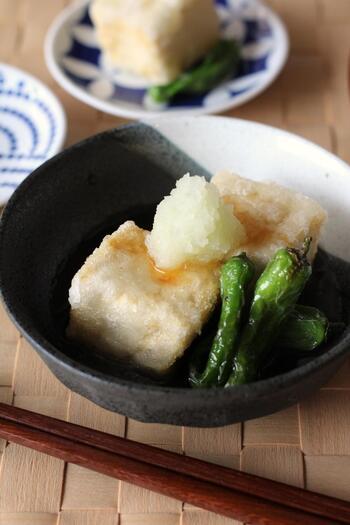 おうちでも作りやすい、揚げ出し豆腐のレシピです。水切りを行うことで油はねを防いでくれます。片栗粉をつけてから時間が経つと水分が出てしまうので、スピーディーに揚げましょう。