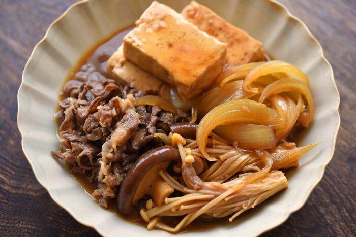 お肉と野菜の旨みが染み出し、豆腐まで美味しくいたける肉豆腐。切った豆腐をキッチンペーパーに10分置いておくだけで水切りでき、作りやすくおすすめです。濃いめの味がしっかり染みて、ご飯によく合うおかずになりますよ。