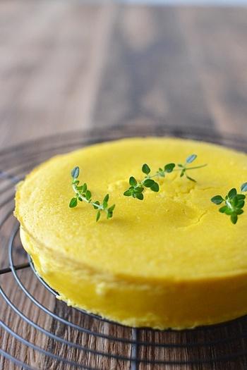 鮮やかなな色合いが目を引くかぼちゃのクリームチーズケーキ。ミキサーで簡単に作れるうえに、大人のハロウィンパーティーにふさわしい、シンプルで味も◎のケーキです。