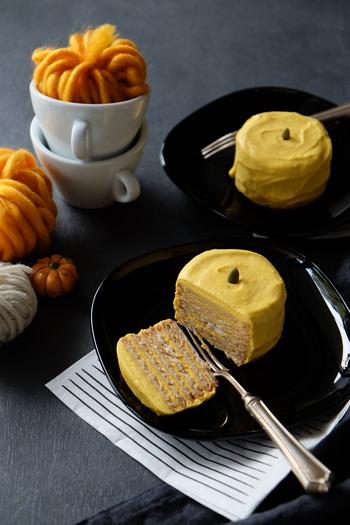 市販のビスケットに、かぼちゃクリームを挟んで重ねて作る、しっとり美味しいパンプキンビスケットケーキ。好みでラム酒を加えても美味しくいただけます。