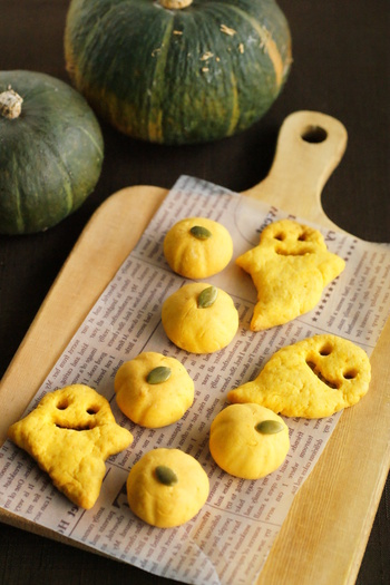 かぼちゃとかぼちゃの種、バター、砂糖、薄力粉の5つだけの材料で作るハロウィンらしさいっぱいのクッキー。キュートな見た目は、シンプルなケーキの飾りにも◎。
