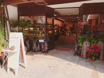 琉球ガラスの手作り体験も素敵ですが、こちら那覇の壺屋やちむん通りにある育陶園の工房では、手びねりやロクロを使った陶芸体験の他、沖縄ならではのシーサー作りの体験ができます。