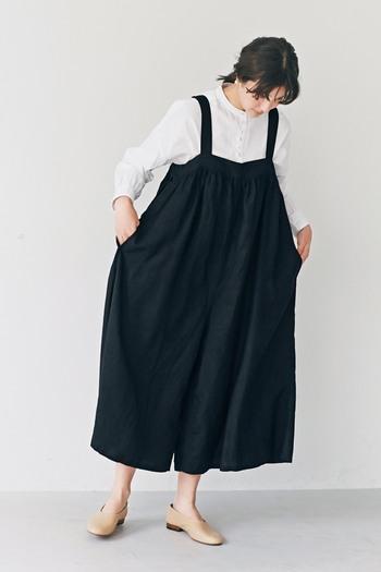 フェミニンからカジュアルまで、テイストを選ばずに着まわしができるサロペットパンツ。ロングシーズン活用できるアイテムも多いですが、大人の秋冬コーデにどう取り入れたらいいのかお悩みの方も多いですよね。  そこで今回は、サロペットパンツを取り入れた大人女子の秋冬コーデをご紹介します。サロペットのカラー別にご紹介していますので、着まわしの参考にしてみてくださいね。