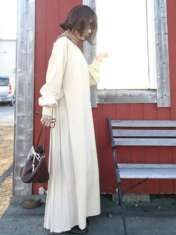 平服、服装は自由といわれても、結婚式で白を着るのはNGです。白は花嫁の色だからです。きなりなど白っぽい服も気をつけましょう。また薄いイエローやベージュなど、写真では白っぽく映ってしまう可能性のある服も避けるのがベストです。