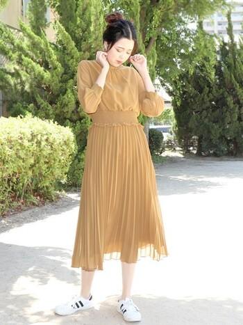 平服でといわれたときは普段着として使えるワンピースを選ぶと着回しができます。結婚式のときの足元はパンプスですが、普段着として使うときはスニーカーではずしたり、デニムアイテムを合わせればカジュアルダウンできますよ。