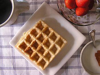 生地のアレンジで楽しみが広がるワッフル。こちらは、米粉と白玉粉を使っていますので、よりもちっとカリッとした食感が味わえます。グルテンフリーでもありますね。