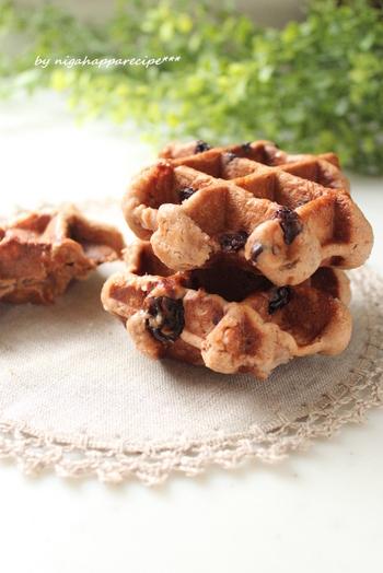 チョコレート生地のワッフルもはずせませんね。ラムレーズン入りで、大人風味。チョコレートは製菓用を使うと、溶けにくくてきれいにできるようです。