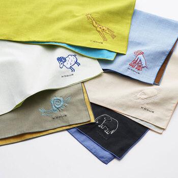 コスチューム・アーティスト「ひびのこづえ」さんデザインのハンカチ。愛らしい動物のワンポイント刺繍が施されていてどこかユーモラス。