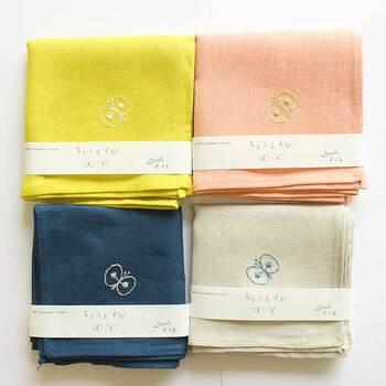 ざっくりとしたリネン100%素材のハンカチに、ミナペルホネンデザインの蝶々がワンポイント刺繍されています。